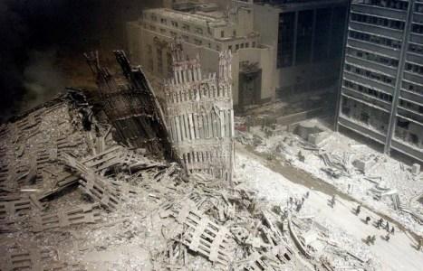 Bomberos entre las ruinas cerca de la destruida Torre Sur del World Trade Center