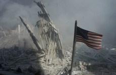 Una bandera estadounidense cerca de la base del colapsado World Trade Center.