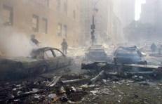 Autos calcinados mientras el World Trade Center está en llamas.