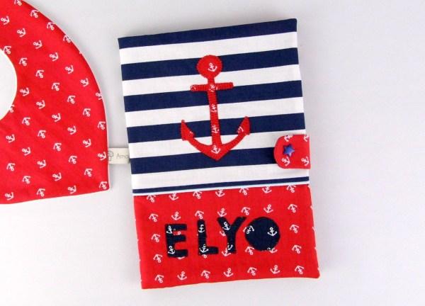 protege-carnet-de-sante-style-marin-personnalise-prenom-rouge-bleu-marine-cadeau-de-naissance-personnalisable
