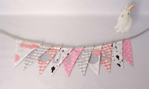 guilrande-fanions-personnalisee-louison-rose-poudre-gris-clair-decoration-bapteme-chambre-bebe-fille