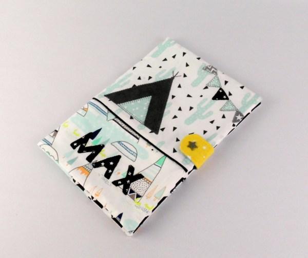 protege-carnet-sante-personnalisable-prenom-max-housse-carnet-bebe-vert-menthe-tipi-noir-et-blanc-cadeau-naissance-bapteme