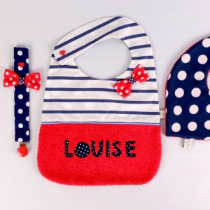 cadeau-naissance-fille-personnalise-prenom-bavoir-marin-rouge-bleu-marine-noeud-pois-brode-prenom-louise-bandana-attache-tetine