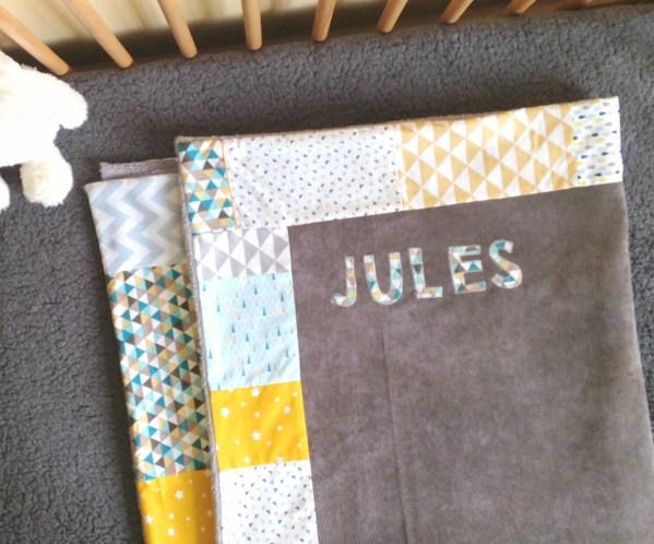 couverture-brodee-prenom-deco-chambre-bebe-gris-jaune-bleu-cadeau-naissance-original-liste-naissance