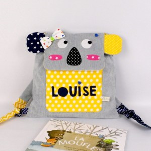 sac-a-dos-koala-brode-prenom-louise-sac-personnalisable-ecole-maternelle-gris-jaune-bleu-marine-girl-personalized-name-backpack-grey-yellow-navy
