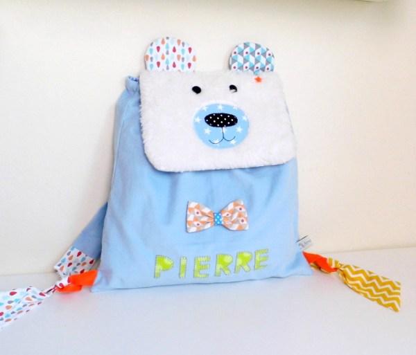 sac-a-dos-ours-polaire-personnalisable-prenom-pierre-bleu-clair-blanc-ecole-maternelle-creche