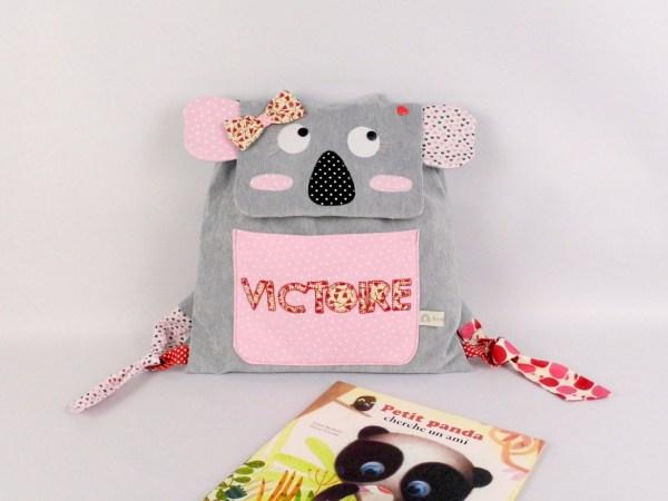 sac-bebe-creche-personnalise-prenom-victoire-sac-a-langer-nounou-jacadi-gris-rose-rouge-baby-backpack-koala-personalized-name