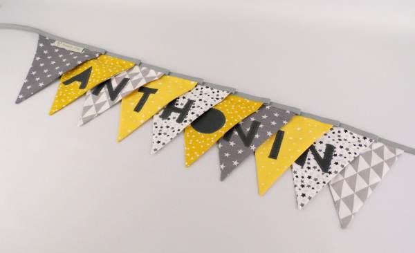 guirlande-fanions-personnalisee-prenom-anthonin-jaune-moutarde-gris-banderole-decoration-chambre-bebe-cadeau-naissance-personnalisable