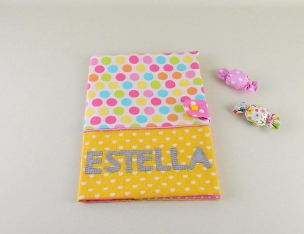 protege-carnet-sante-personnalisable-couelurs-prenom-estella-jaune-rose-cadeau-naissance-bapteme-fille