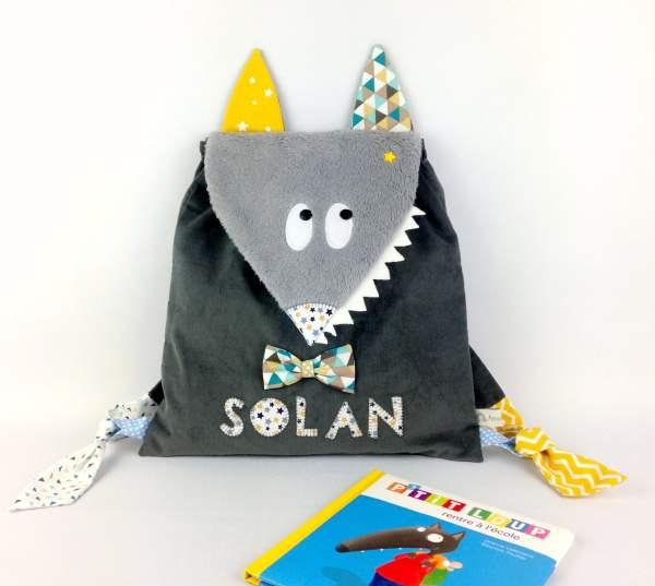 sac-a-dos-loup-personnalise-prenom-solan-sac-garcon-ecole-maternelle-personnalisable-gris-jaune-moutarde-bleu-canard-wolf-kids-backpack