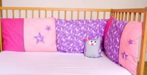 decoration-chambre-fille-licorne-liste-naissance-tour-de-lit-personnalise-coussins-rose-mauve-violet-etoiles