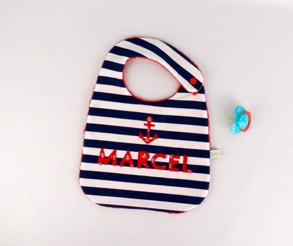 bavoir-style-marin-personnalise-prenom-marcel-bleu-marine-rouge-cadeau-personnalisable-bebe