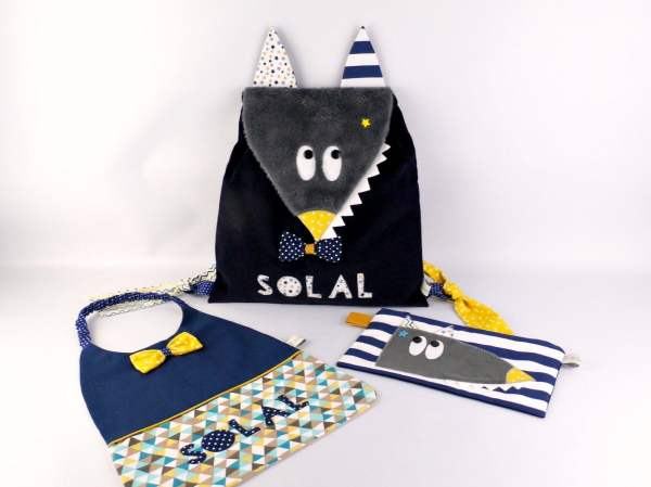 sac a-dos-maternelle-personnalise-serveiette-cantine-trousse-ecole-loup-style-marin-bleu-marine-jaune-moutarde