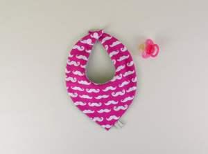 bavoir-foulard-dentition-fille-rose-moustache-cadeau-liste-naissance-bapteme