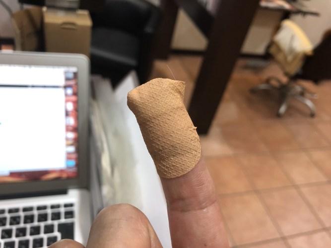 絆創膏 美容師の指