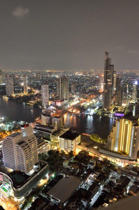 Vue depuis le balcon de notre hôtel à Bangkok, le Lebua Tower Club, le fleuve parcourant la ville s'appelle la Chao Phraya