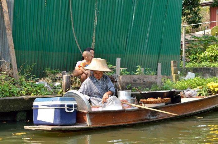 Promenade sur les klongs : les marchands flottants font du porte à porte