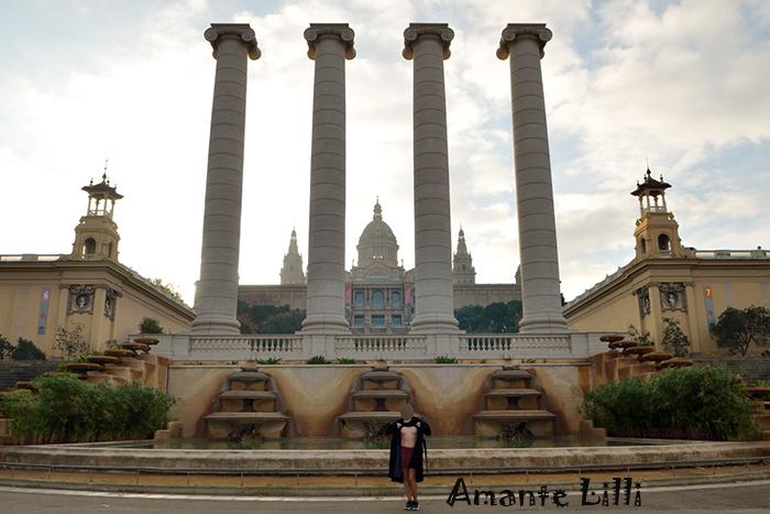 Colonnes de Puig i Cadafalch et au fond le Palau Nacional