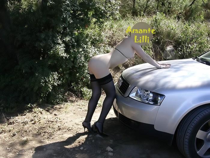 Amante Lilli s'exhibe sur le capot de la voiture en pleine nature