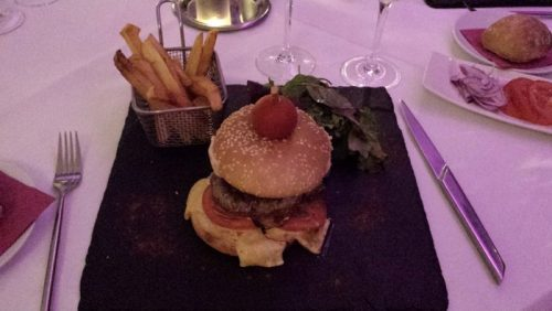 Le fameux hamburger de l'Ozz Inn
