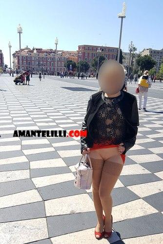 Exhibe à Nice, Place Massena, sans culotte ni soutif et avec un haut transparent
