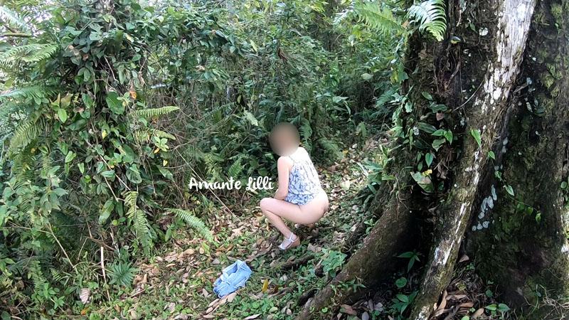 Femme exhibe dans le téléphérique et pipi en forêt