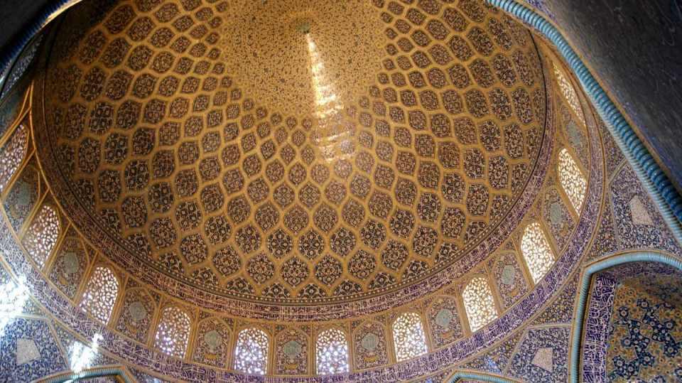 Interior da Mesquita Sheikh Lotfollah em Isfahan
