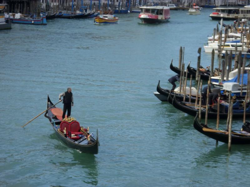 Gondola no canal principal de Veneza