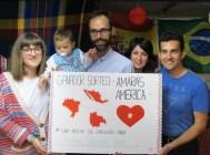 Martina Hernández Jover, con sus padres Ana y Paco, con el tarjetón diseñado por María Jover que la acredita como ganadora de una noche de ensueño.