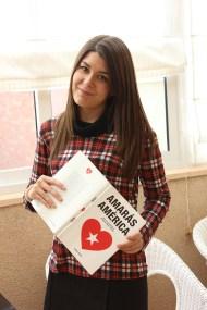 Blanca Pérez de Tudela con un ejemplar de 'Amarás América'