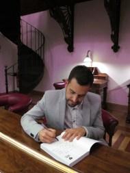 Firmando libros en el Casino de Murcia
