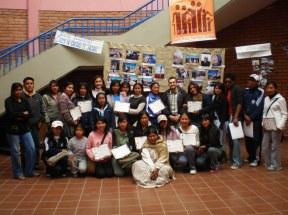 Entrega de diplomas a alumnos de los talleres de Fotoperiodismo en el Centro de Recursos Pedagógicos Bartolina Sisa (El Alto, Bolivia). 2008