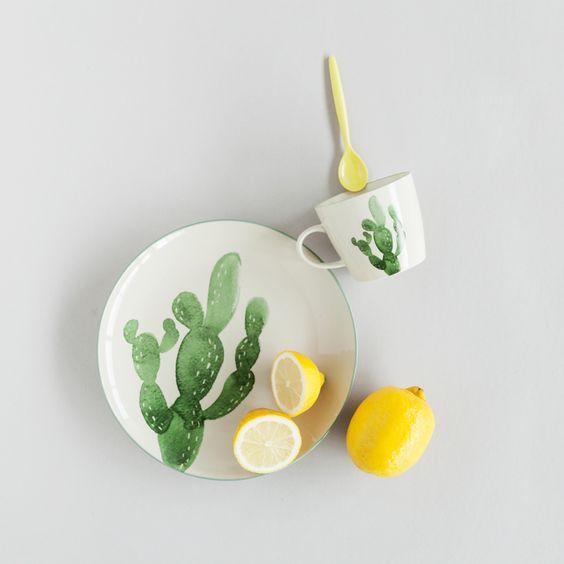 elementos naturales en decoración. Dibujo de cactus en la vajilla