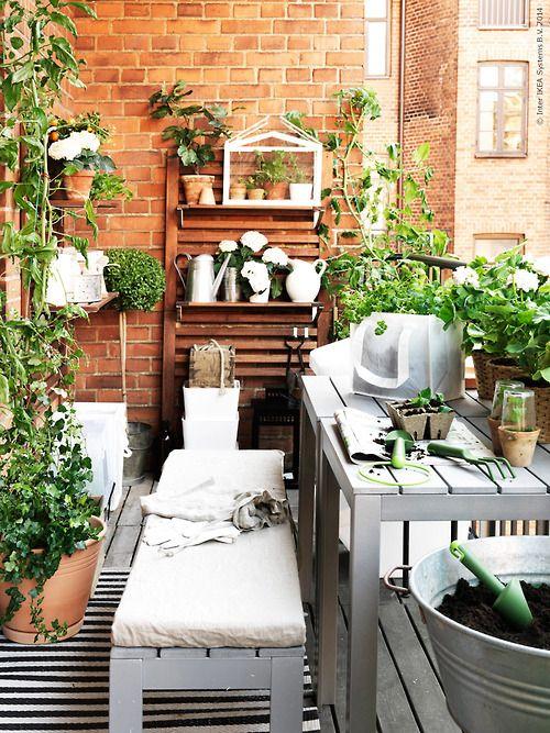 ideas para decorar balcones pequeños con plantas en distintas alturas