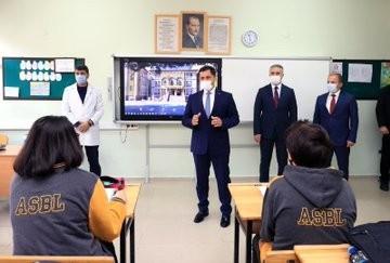Amasya Valisi okullarda korona tedbirlerini inceledi