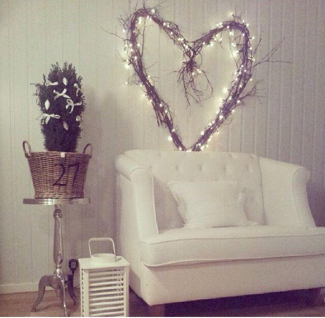 Cuore con ghiralnda di luce dietro al divano