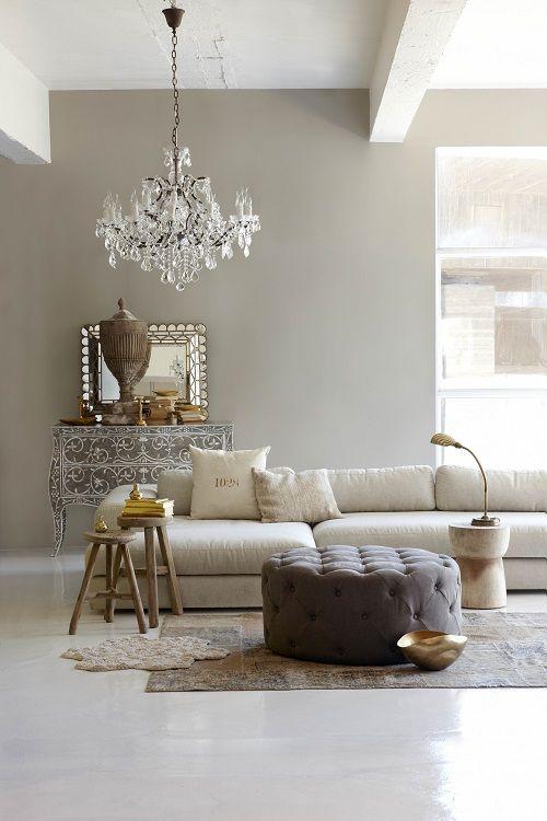 Un bellisimo soggiorno arredato con colori neutri