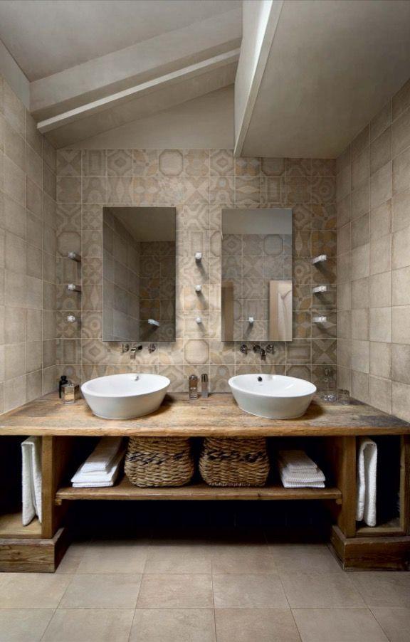 Un bellissimo bagno con cementine dai colori neutri