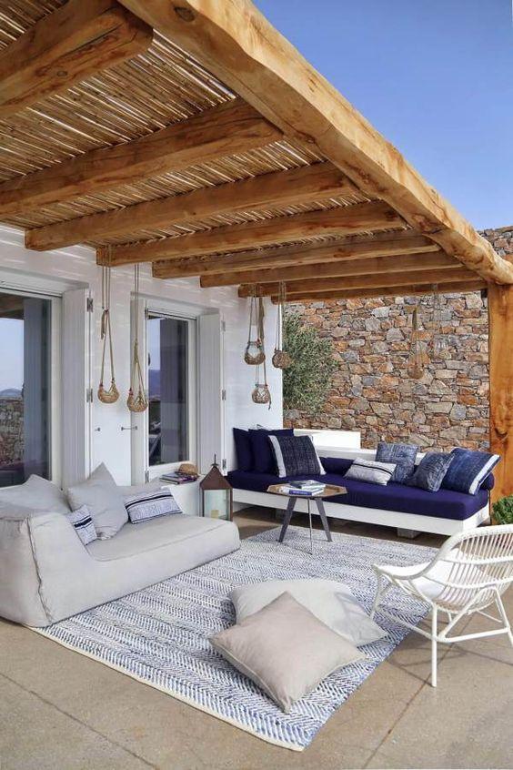 Veranda con divani in stile mediterraneo