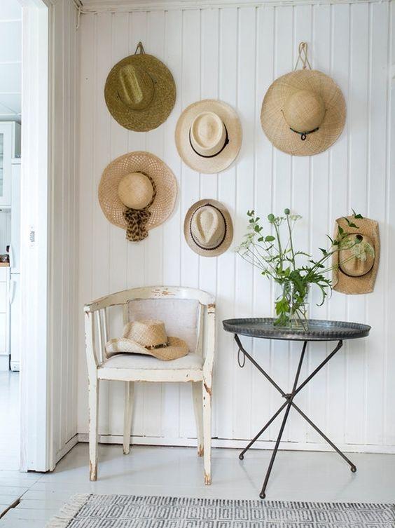 Ingresso in stile country con cappelli di paglia