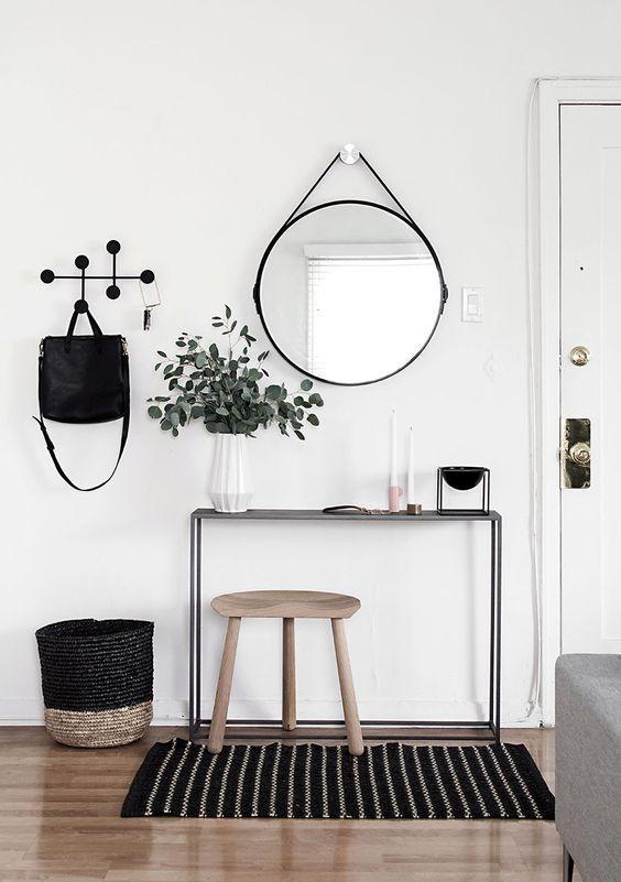 Ingresso minimal con ganci a parete di design