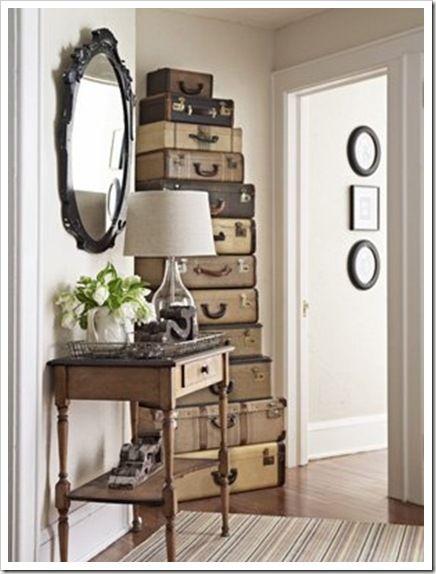 Ingresso in stile vintage con vecchie valigie