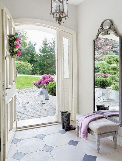 Ingresso luminoso con porta aperta sul giardino