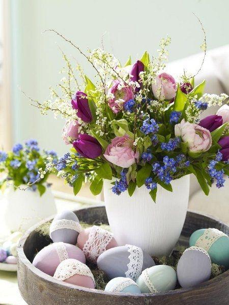 Centrotavola di Pasqua con uova decorate e fiori freschi