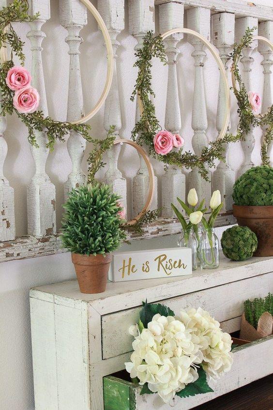 Ghirlande di legno e fiori per la casa di Pasqua