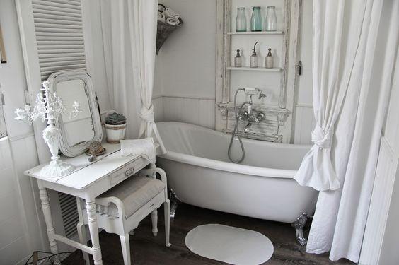 Piccola postazione trucco in bagno in stile shabby chic