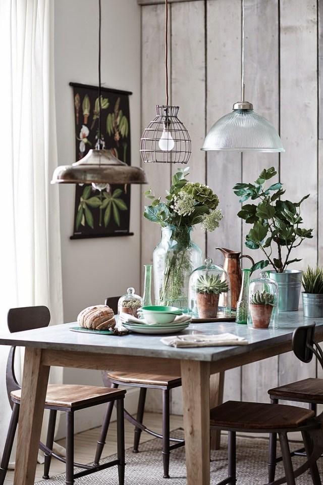 Composizione di vasi, fiori e piante  per la sala da pranzo in stile scandinavo