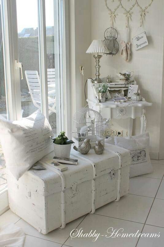 Vecchio baule ridipinto in stile shabby chic