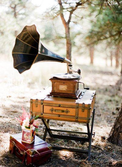 Un vecchio gramofono per il matrimonio in stile retrò