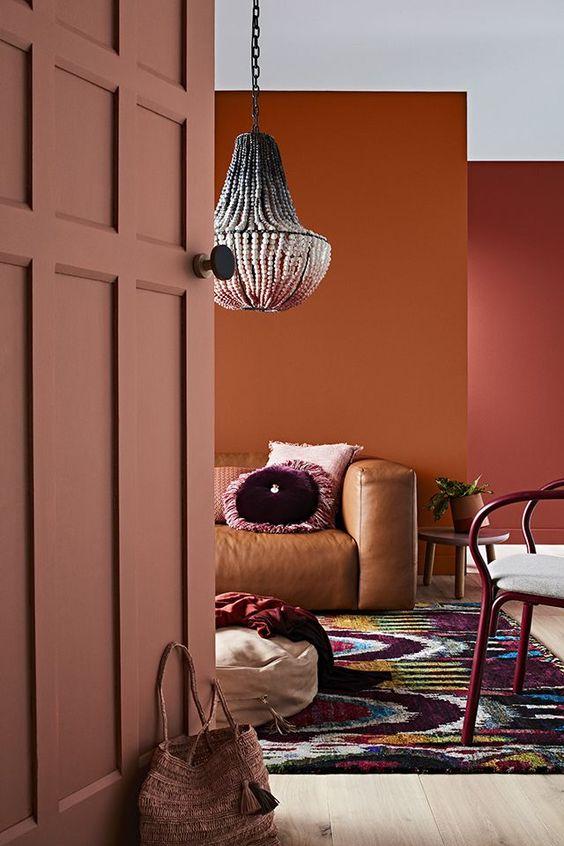 Soggiorno in stile boho con tonalità di rosa, ruggine e terracotta